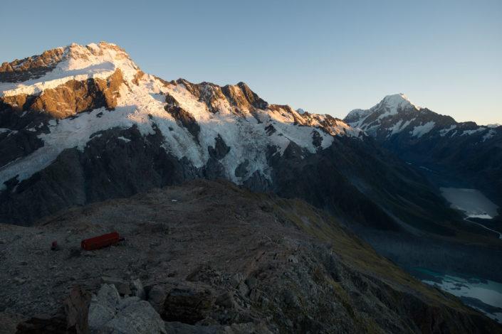 Mount Sefton und Mount Cook bei aufgehender Sonne